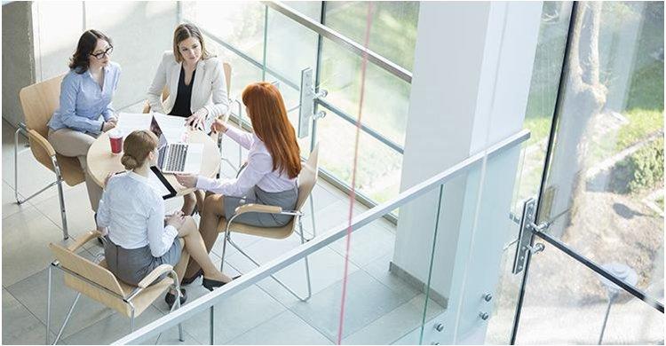 El sector financiero más cerca de romper el techo de cristal: Suman más mujeres en puestos de dirección, pero pocas como CEO