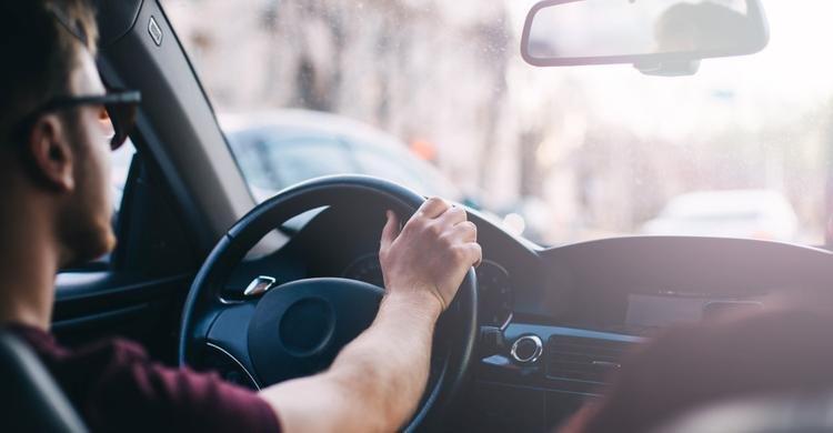 ¿Qué piensan los conductores sobre compartir sus datos de coche conectado y sobre los potenciales beneficios de los sistemas de ayuda a la conducción?