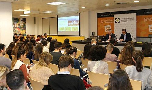 Más de un centenar de alumnos de la Facultat d'Economia de Valencia conocen las ventajas de ser mediador de seguros