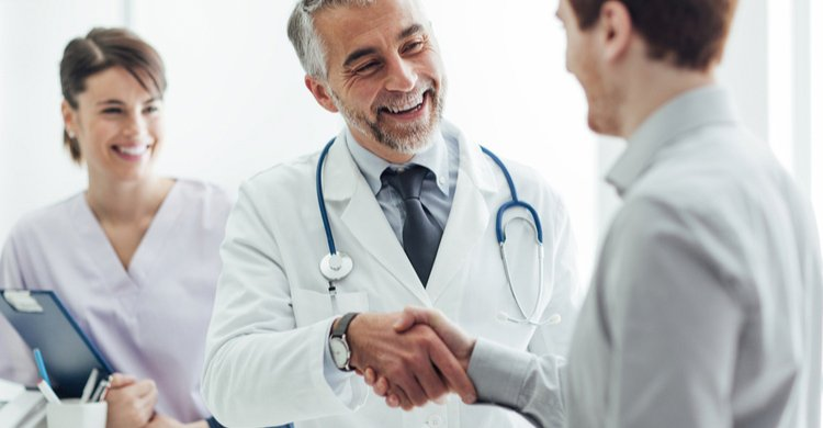 medico apreton de manos