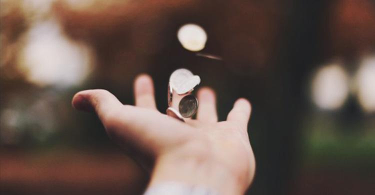 monedas en el aire sobre una mano